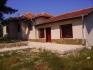 Къща с двор в с. Равна